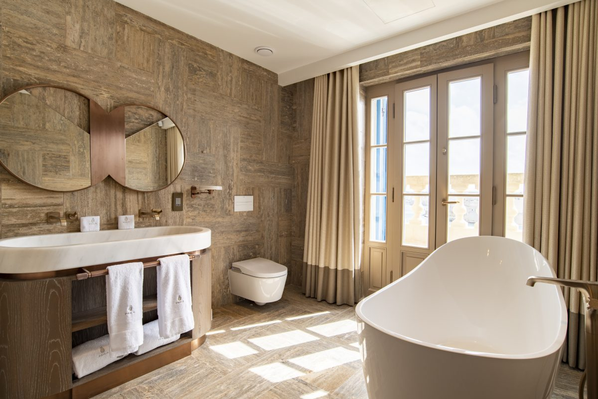 Penthouse Suite (bathroom)